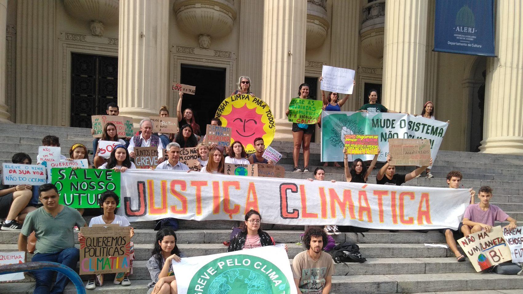 As cariocas Milena Batista, 20 anos e Nayara Almeid, 21, com o cartaz de Greve pelo Clima lideram ato na Alerj: carta ao presidente (Foto: Bárbara Lopes)