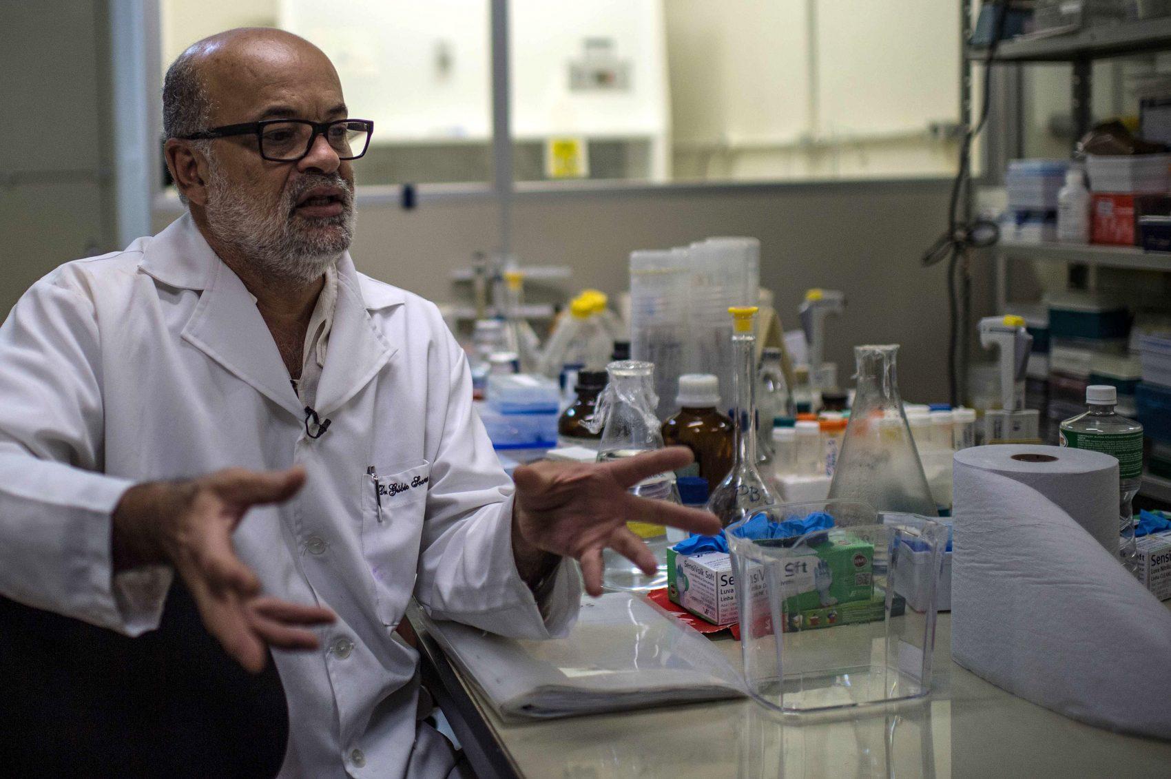 O virologista Gúbio Soares no labóratío do do Instituto de Ciências da Saúde da Ufba: financiamento só veio depois da descoberta do Zika vírus no Brasil e pesquisas ainda sofrem com escassez de recursos (Foto: Christophe Simon/AFP)