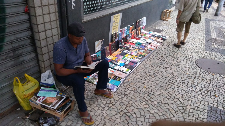 """Leonel Ferreira e seus livros, na Rua do Riachuelo: """"Sempre tive a certeza de que a arte é a melhor maneira de chamar a atenção"""". Foto de Fred Soares"""