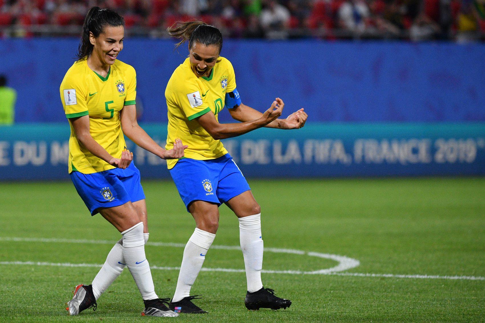 Marta e Thaisa repetem o gesto de Bebeto na Copa de 1994: homenagem ao afilhado da camisa 5. Foto de Philippe Huguen (AFP)