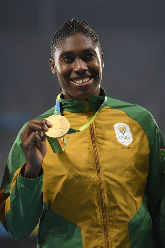 Caster Semenya com sua medalha de ouro olímpica no Rio: 'Durante uma década a IAAF quis me frear, mas isso na verdade me fortaleceu' (Foto Eric Feferberg/AFP)