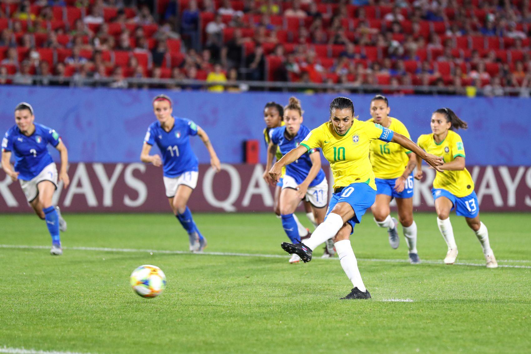 Marta bate o pênalti do recorde: 18 gols em Copa, maior número entre homens e mulheres. Foto de Vanessa Carvalho (Brazil Photo Press)