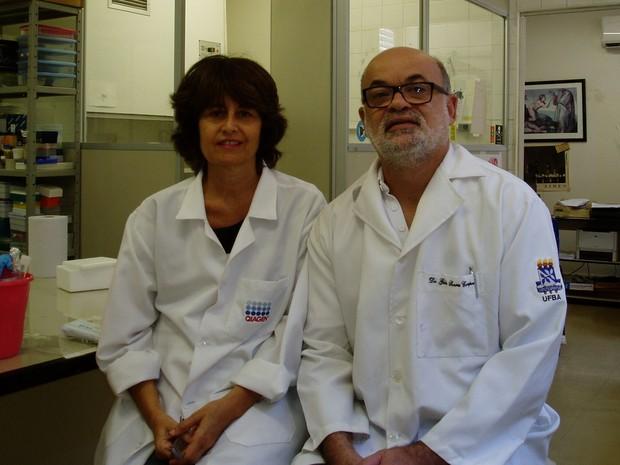 Os professores Silvia Sardi Gúbio Soares, coordenadores do projeto sobre o Zika Vírus: identificação no sêmen, na urina e, agora, com causa de meningite (Foto: Divulgação/Ufba)