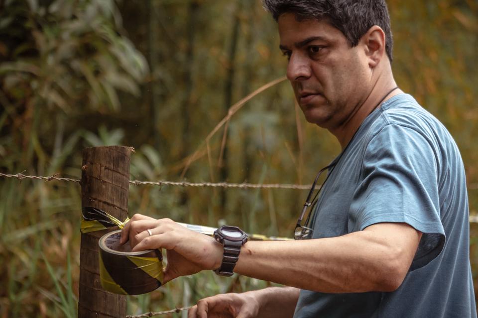 O professor Paulo Henrique Peixoto em trabalho de campo às margens do Rio Gualaxo: leguminosas para reforçar fertilidade do solo (Foto: Divulgação/UFJF)