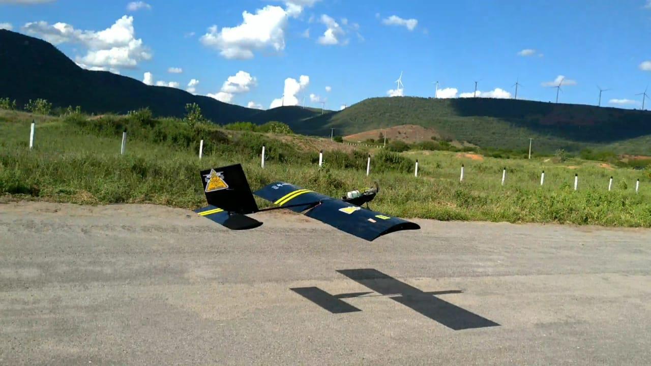 O teste com o AeroChico, aeronave não tripulada desenvolvida na Ufob: intenção é usar avião em projetos para agricultura (Foto: divulgação/Ufob)