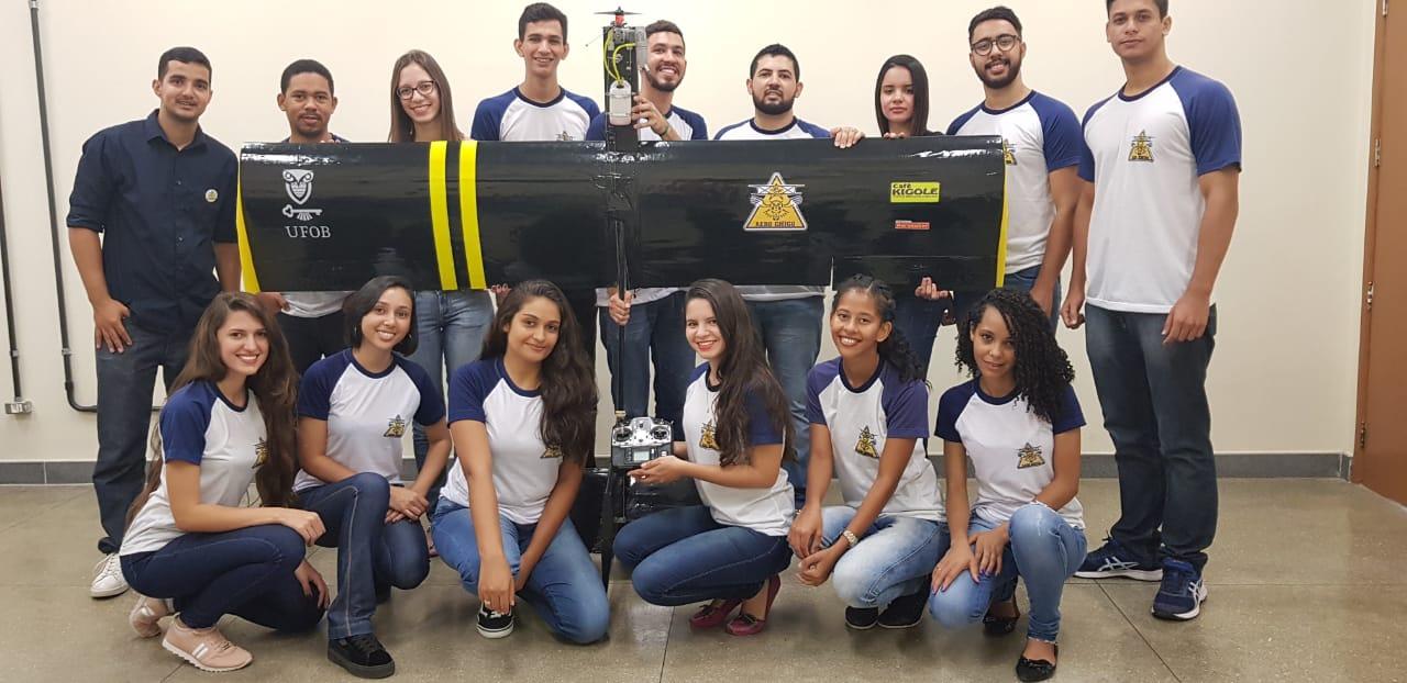 A equipe AeroChico, com foi batizado o grupo que vai disputar o torneio SAE Brasil Aerodesign: estudantes de graduação de Engenharia Elétrica e Engenharia Mecânica (Foto: Divulgação)