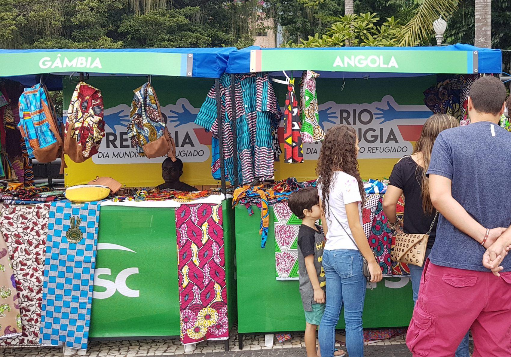 Barraca de Angola - ao lado de Gâmbia - no Festival Refugia Rio; angolanos começaram a chegar na cidade há mais de 40 anos, fugindo de guerra civil (Foto: Oscar Valporto)