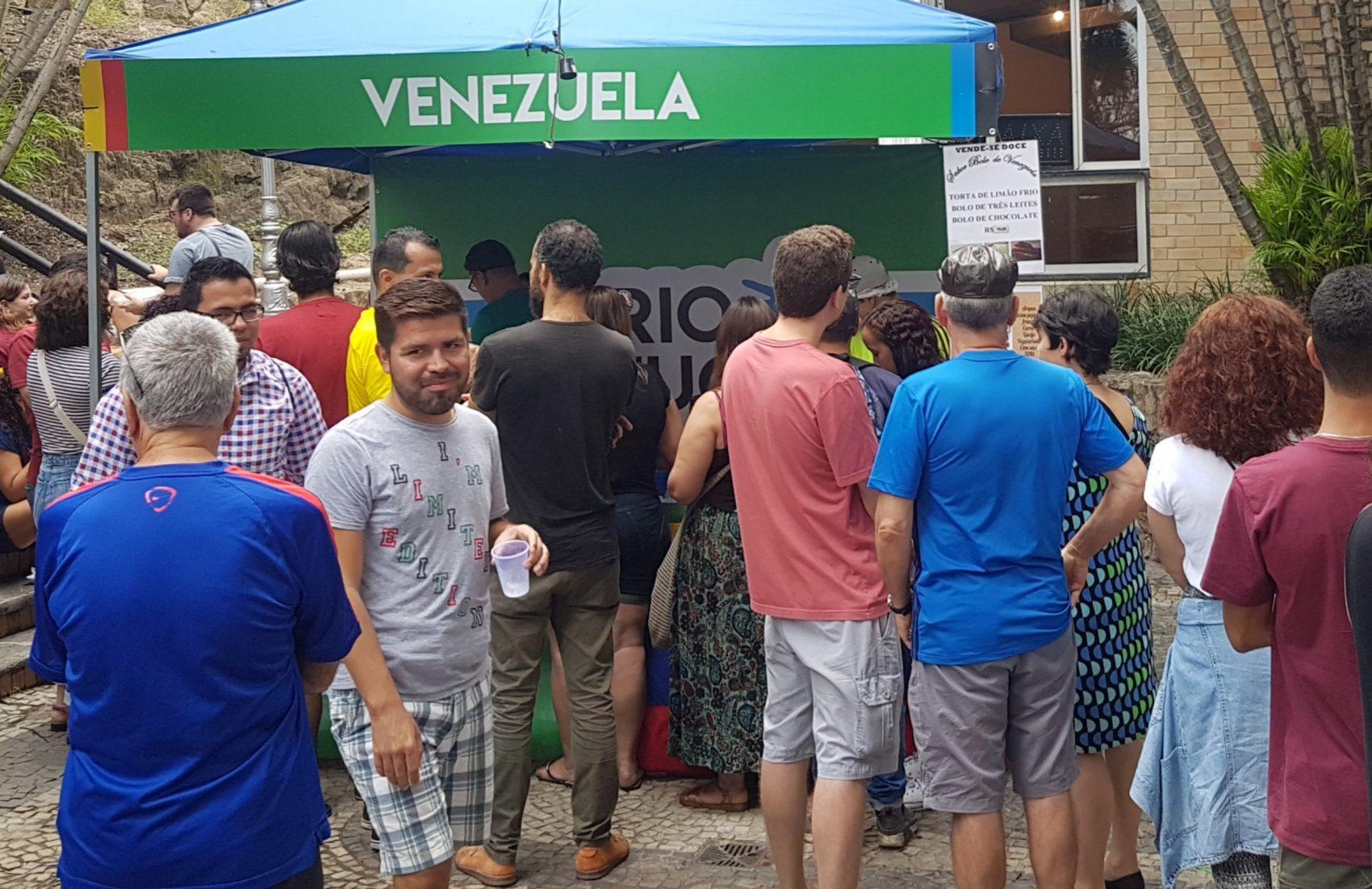 Numa das barracas da Venezuela, fila para comprar doce: venezuelanos representaram 75% dos 80 mil pedidos de refúgio ao Brasil em 2018 (Foto: Oscar Valporto)
