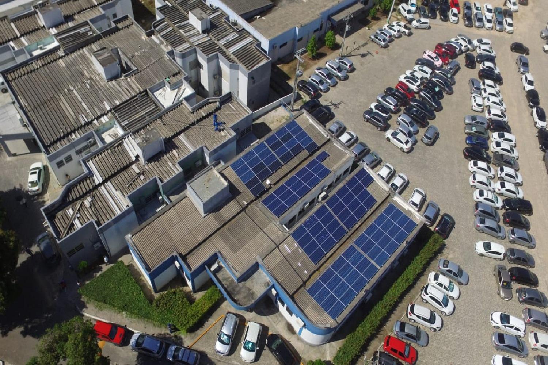 Painéis fotovoltaicos para recolher energia solar instalados no ambulatório do Hospital Universitário da UFS em Aracaju: energia limpa e redução de gastos (Foto: Divulgação)