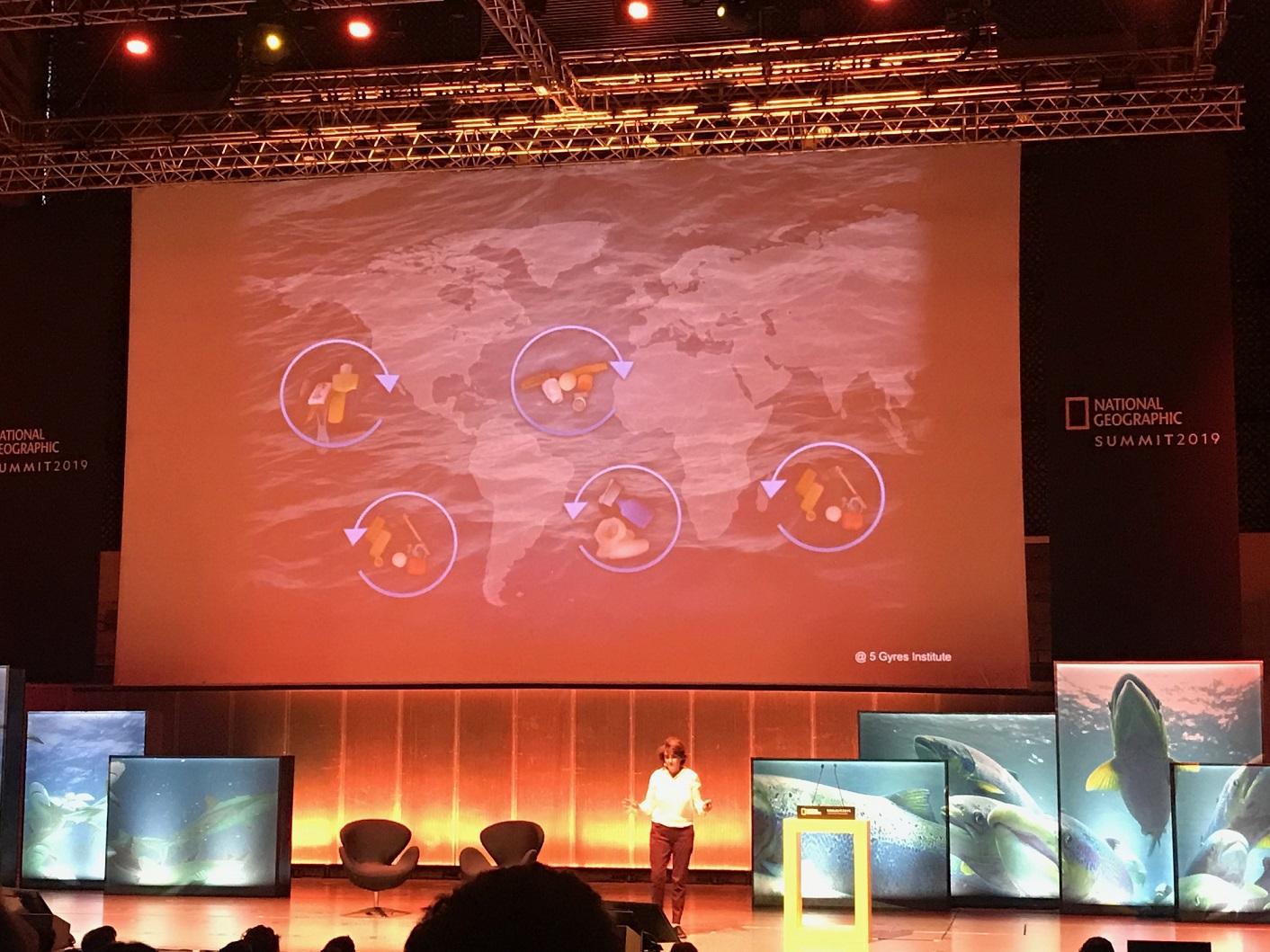 A bióloga Paula Sobral mostra as ilhas de lixo espalhadas pelo mundo. Foto Divulgação