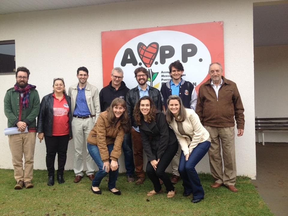 Pesquisadores junto com integrantes da Associação de Portadores de Parkinson de Medianeira , no Paraná. Foto Divulgação