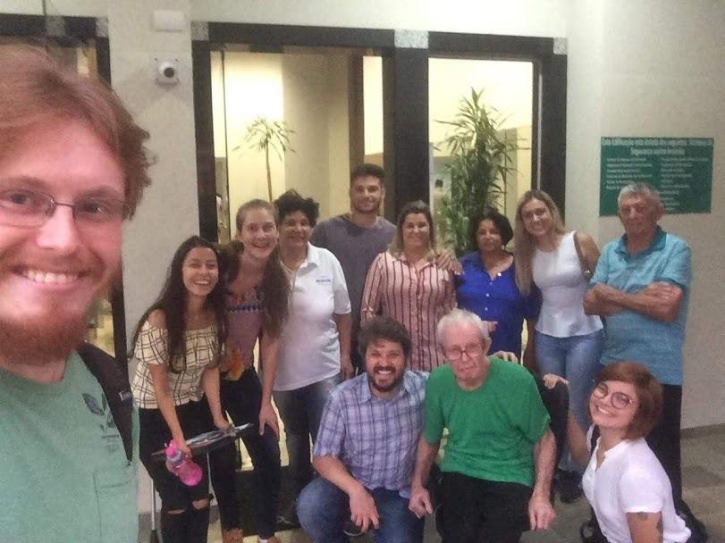 Equipe do projeto da Unila junto com paciente portador de Parkinson . Foto Divulgação