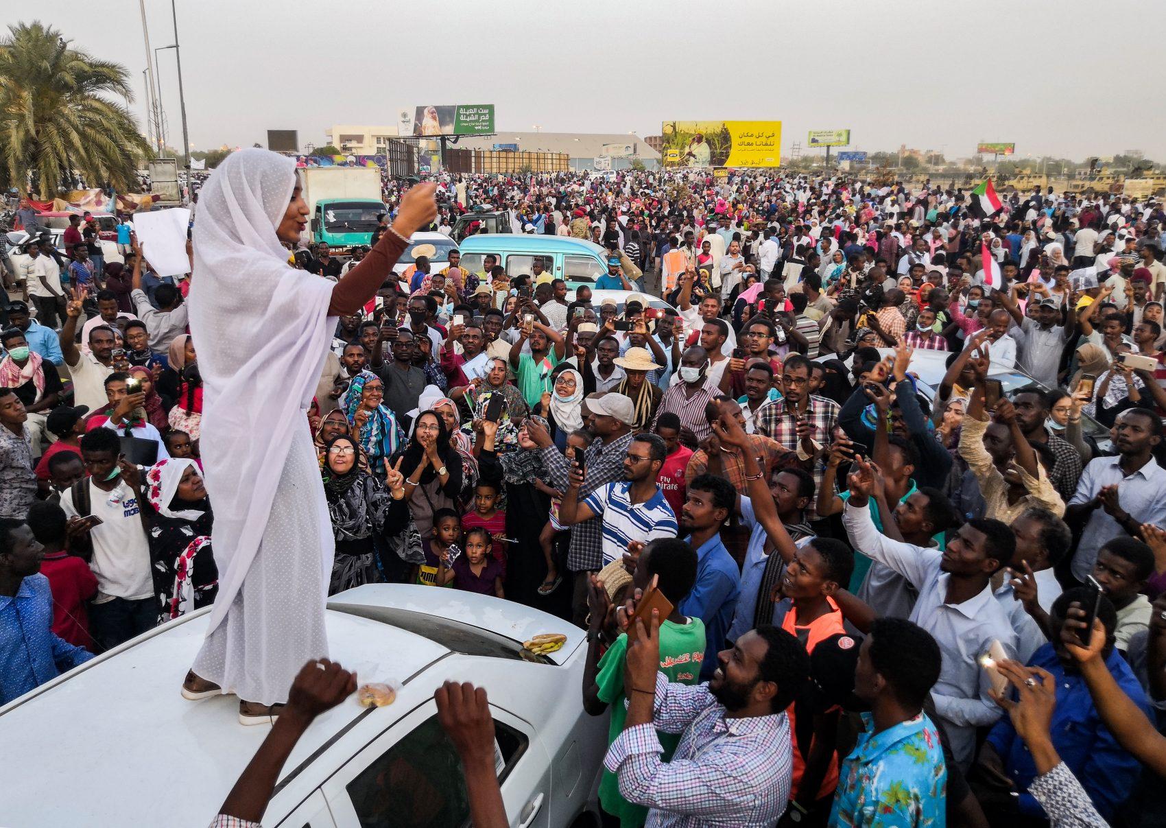 Alaa Salah, mulher que se tornou símbolo dos protestos contra o regime no Sudão, lidera manifestação no país: onde o presidente Omar al-Bashir, acabou derrubado: onda de contestação pela África levanta a possibilidade de uma nova Primavera Árabe (Foto: AFP)