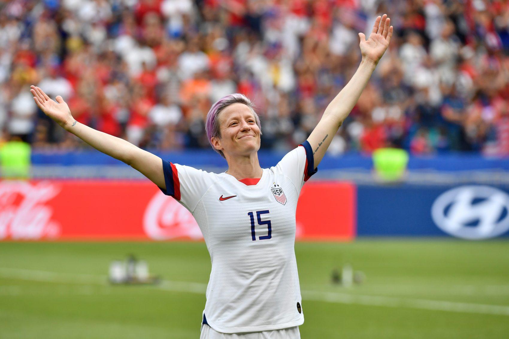 Megan Rapinoe, a capitã sem papas na língua, não canta o hino, ataca Trump e alfineta o presidente da Fifa, : 'um pouco de vergonha pública não faz mal a ninguém' (Foto: Phillipe Desmazes/AFP)