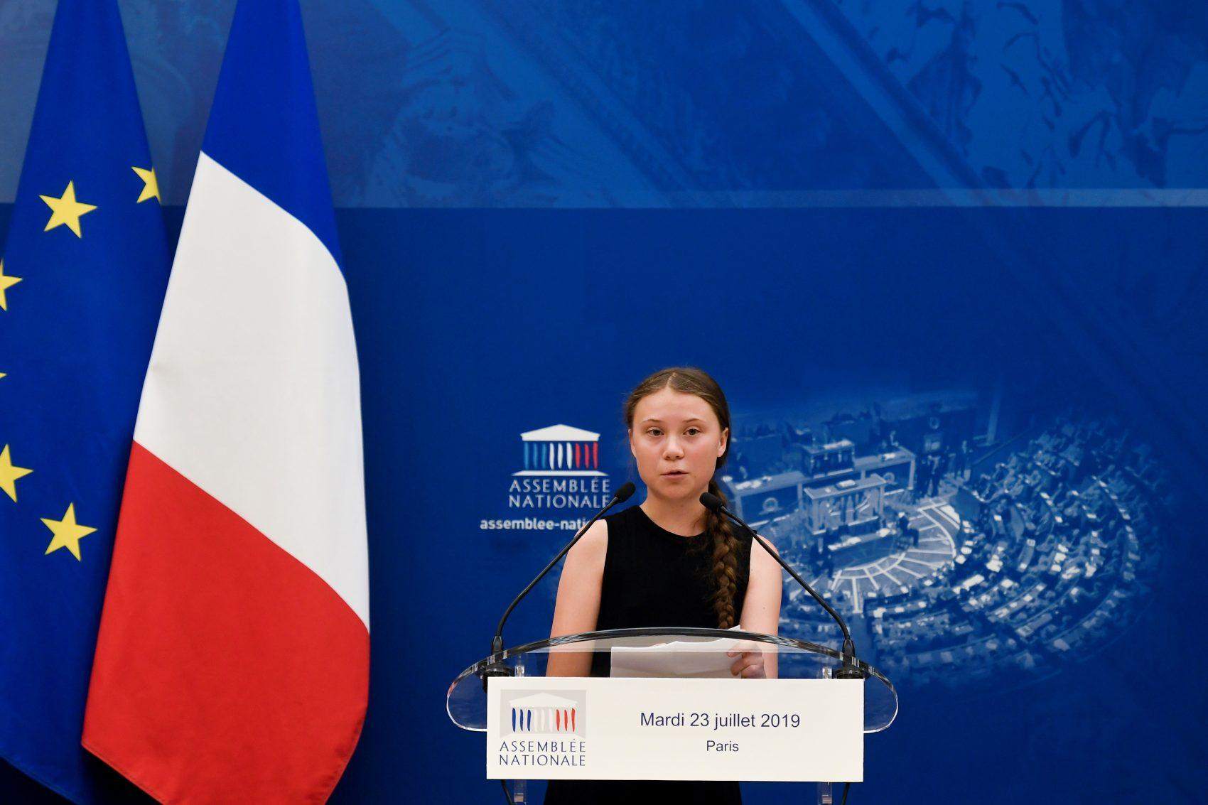"""Participação de Greta Thunberg na Assembleia Nacional da França: teve protesto da direita e recado aos adultos """"Vocês estão me dizendo: 'Obrigada, você me dá esperança para o futuro'. Parece que vocês não entenderam o que estamos dizendo. Em vez de nos parabenizarem, tentem fazer algo""""' (Foto: Lionel Bonaventure/AFP)"""