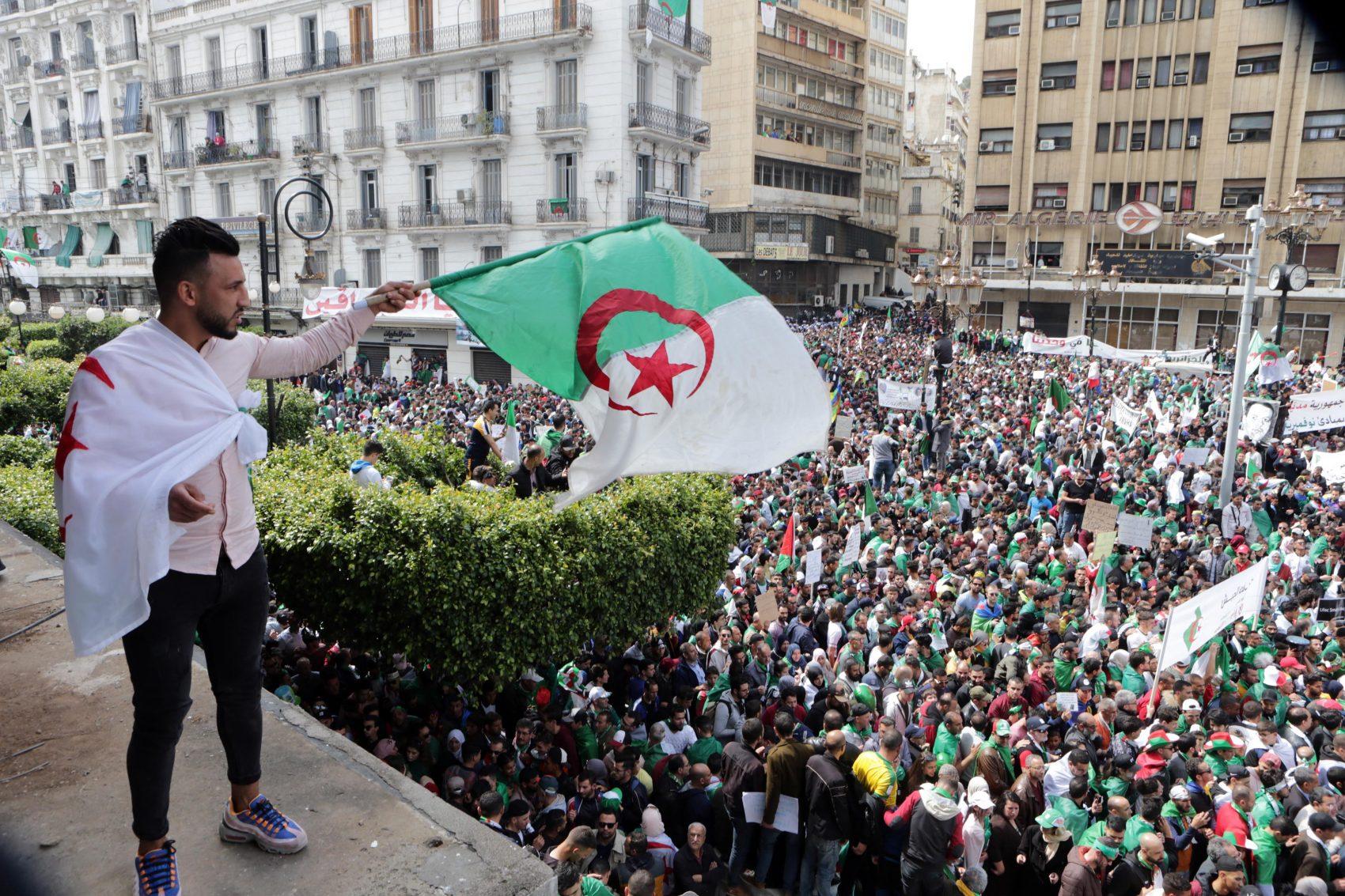 Manifestação nas ruas de Argel: multidões diárias nas ruas da Argélia levaram à renúncia do presidente Abdelaziz Bouteflika,, que estava há 20 anos no poder (Foto: Farouk Batiche/DPA)