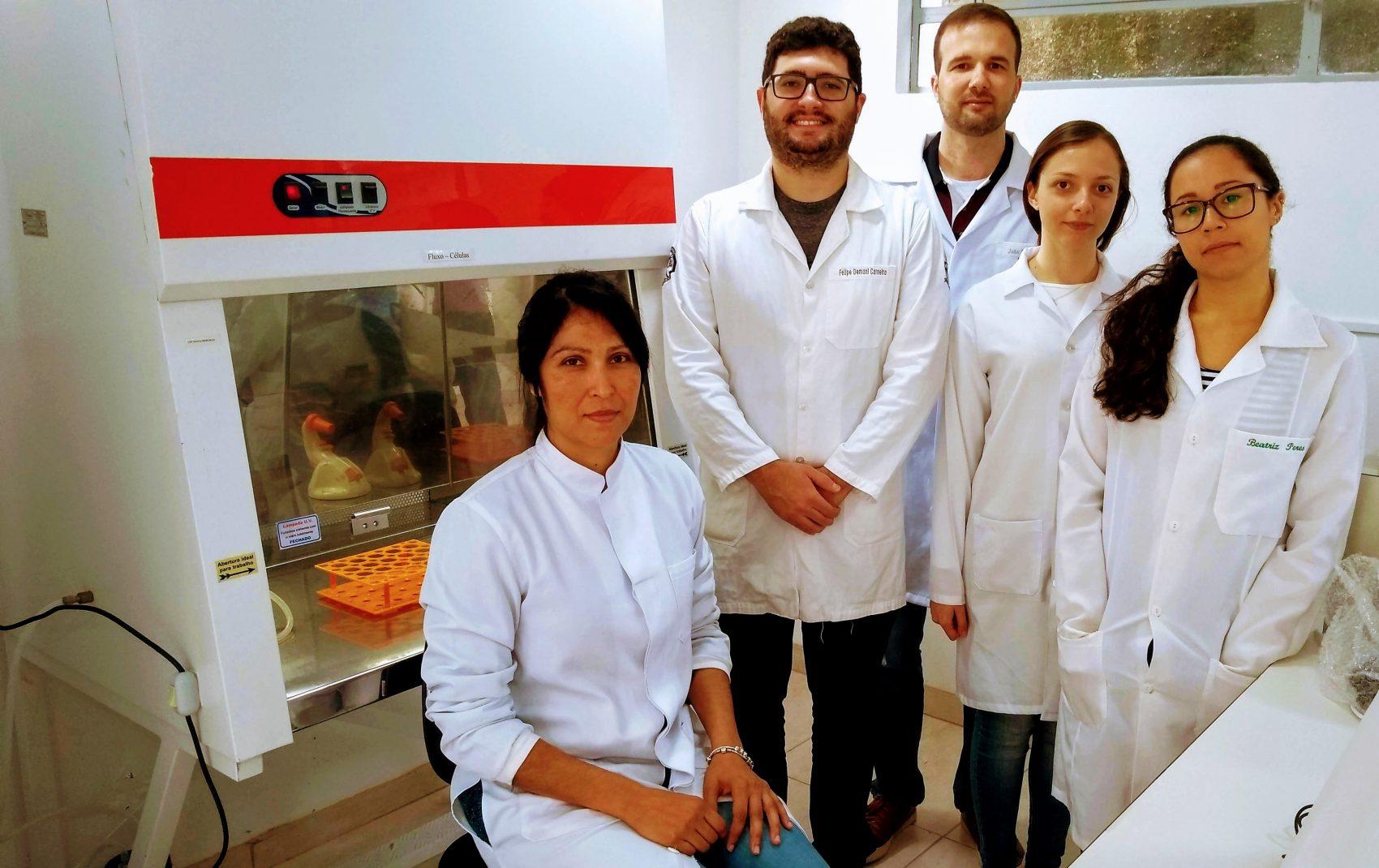 Os professores Flora (sentada) e Leonardo (atrás) com a equipe da pesquisa sobre relação entre agrotóxicos e obesidade e diabetes (Foto Divulgação/UFF)