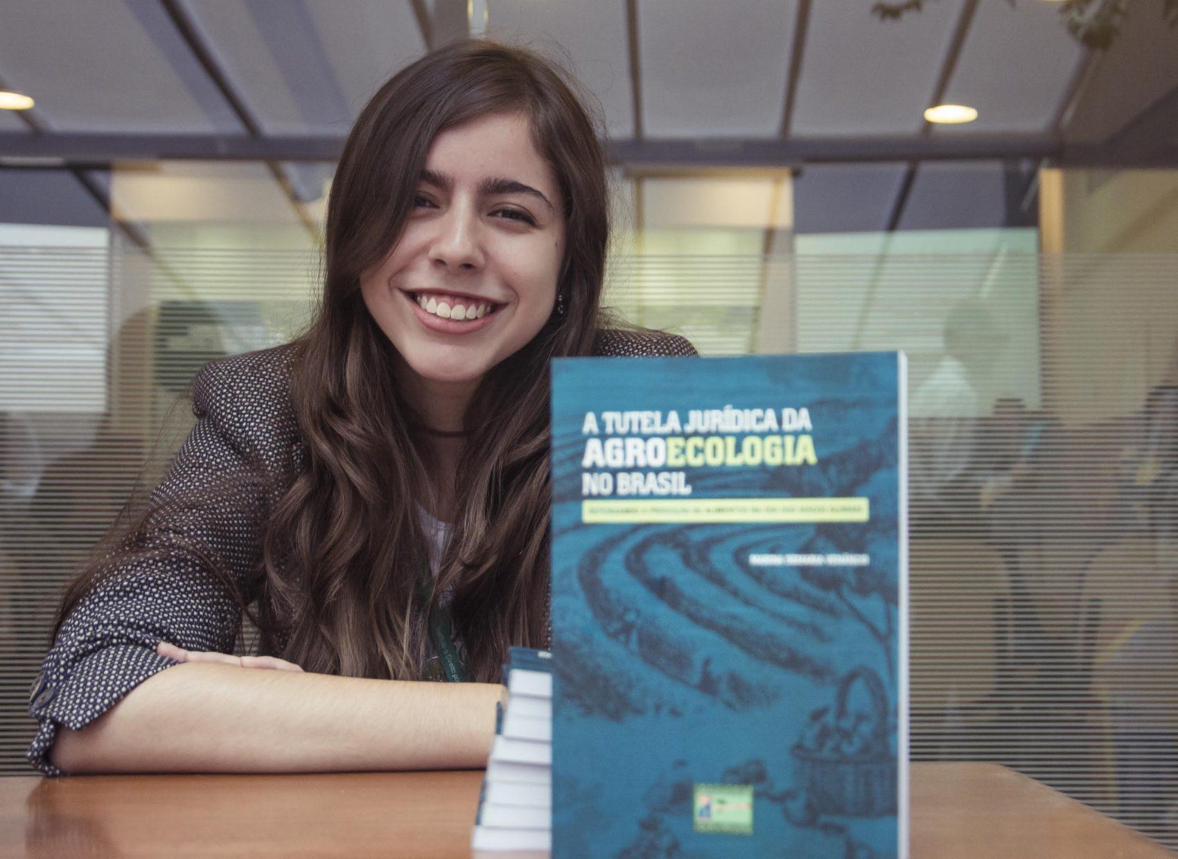 A catarinense Marina Venância no lançamento do livro com sua premiada tese de mestrado: foco em agroecologia e direito ambiental (Foto: Carol Sperandio - Fotografia cedida pelo Instiuto O Direito por um Planeta Verde)