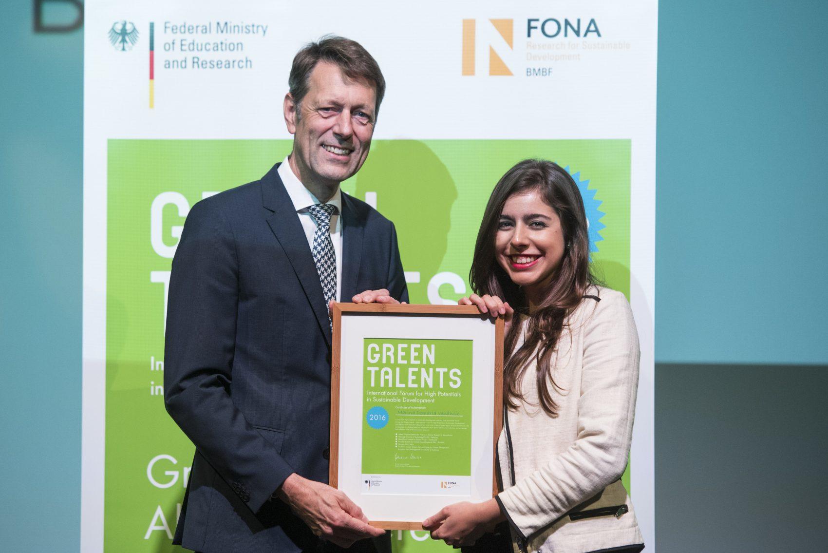Marina Venâncio recebendo o prêmio das mãos do secretário de Estado do Ministério da Educação e da Ciência da Alemanha, George Schutte: talento verde (Foto: Hans-Christian Plambeck)