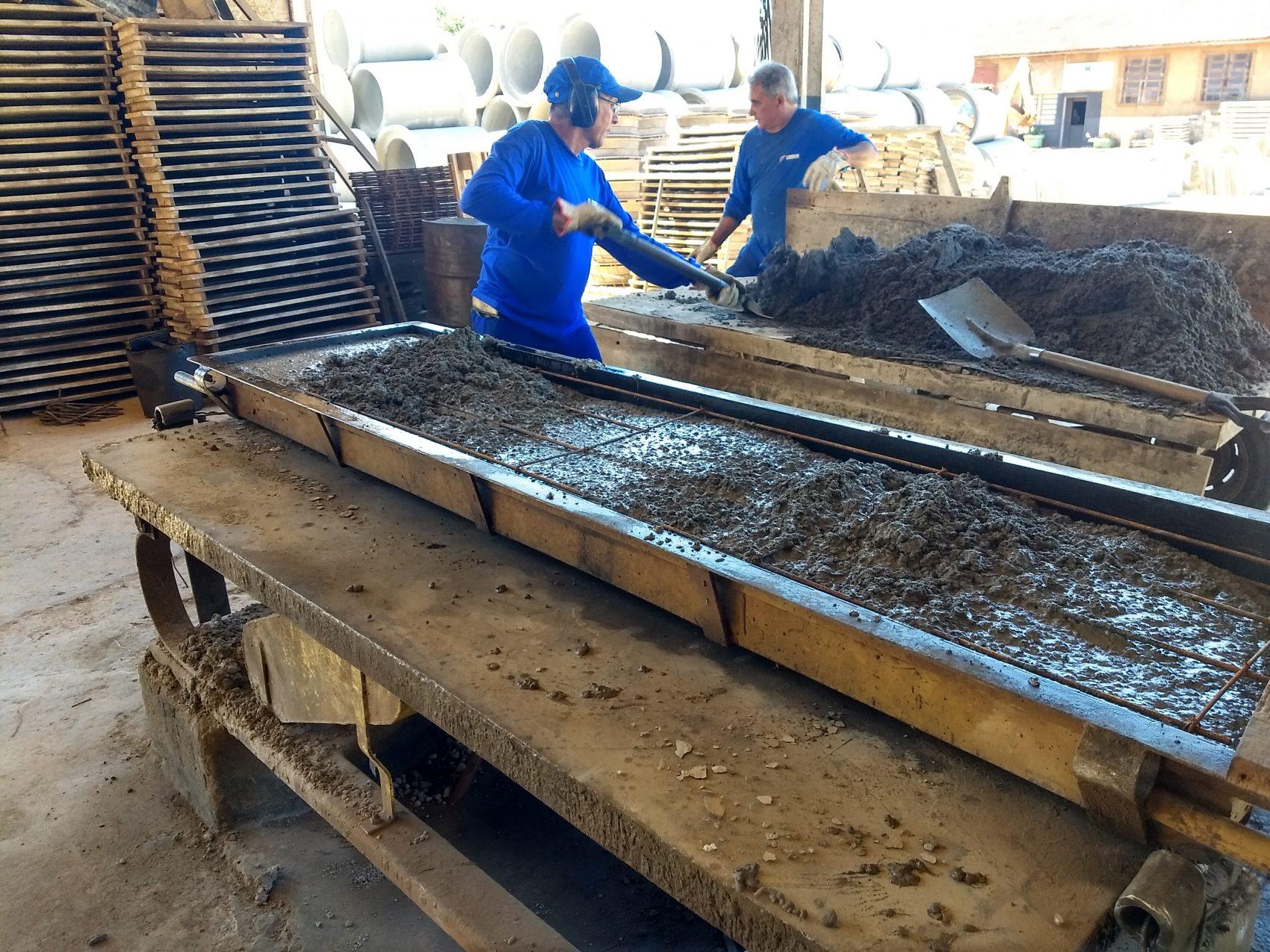 Preparo da argamassa com pó de vidro reciclado: material é recolhido no lixo por catadores (Foto: Divulgação)
