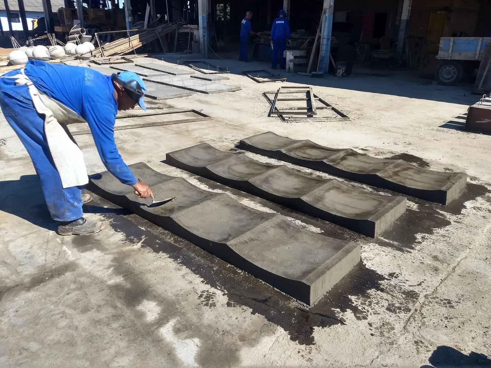 Banco construído com argamassa feita com pó de vidro reciclado: tecnologia patenteada por aluno da UFTPR (Foto: Divulgação)