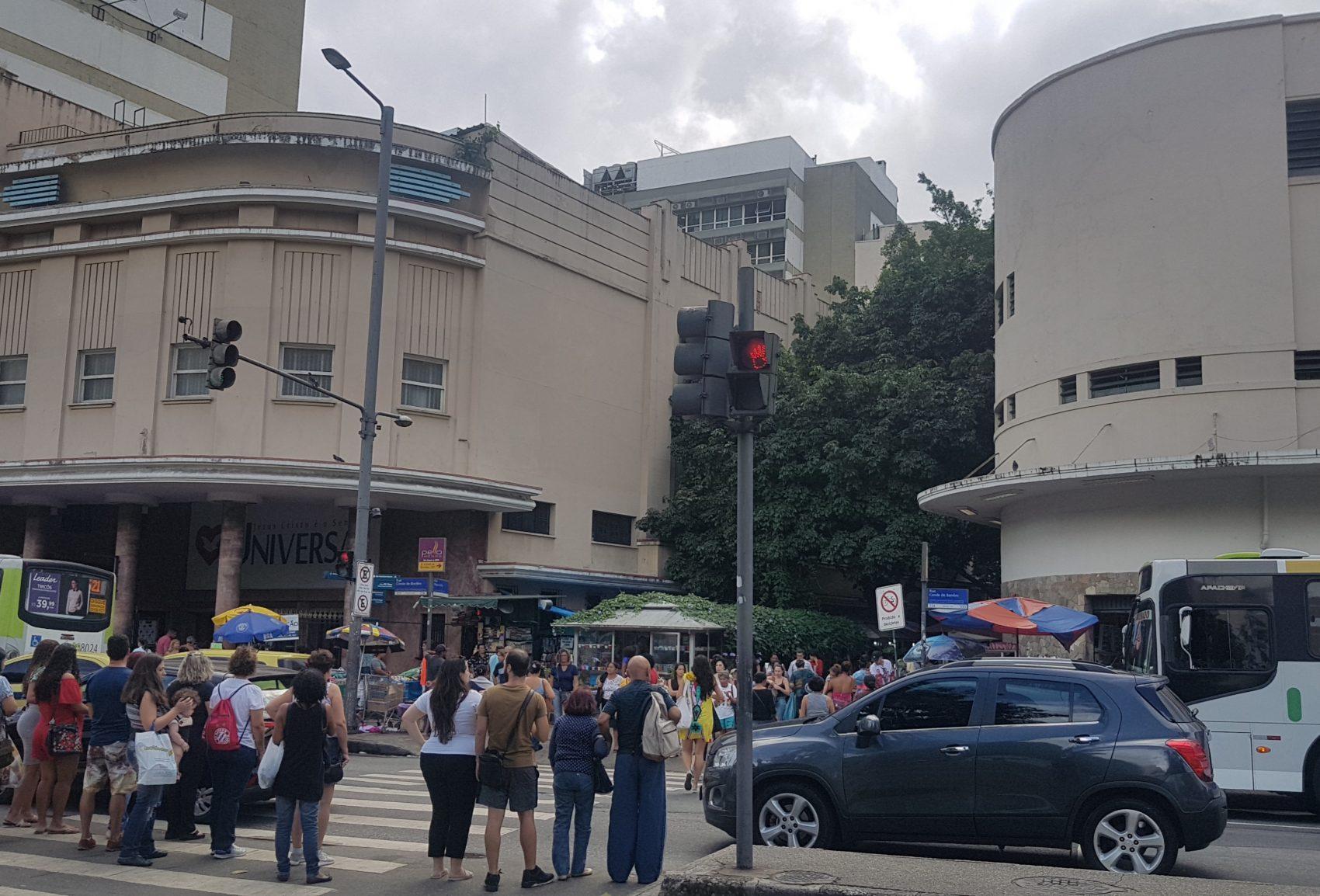 O ocaso dos cinemas de rua na Tijuca - o Carioca (esquerda) abriga um templo religioso, o América virou uma farmácia (Foto: Oscar Valporto)