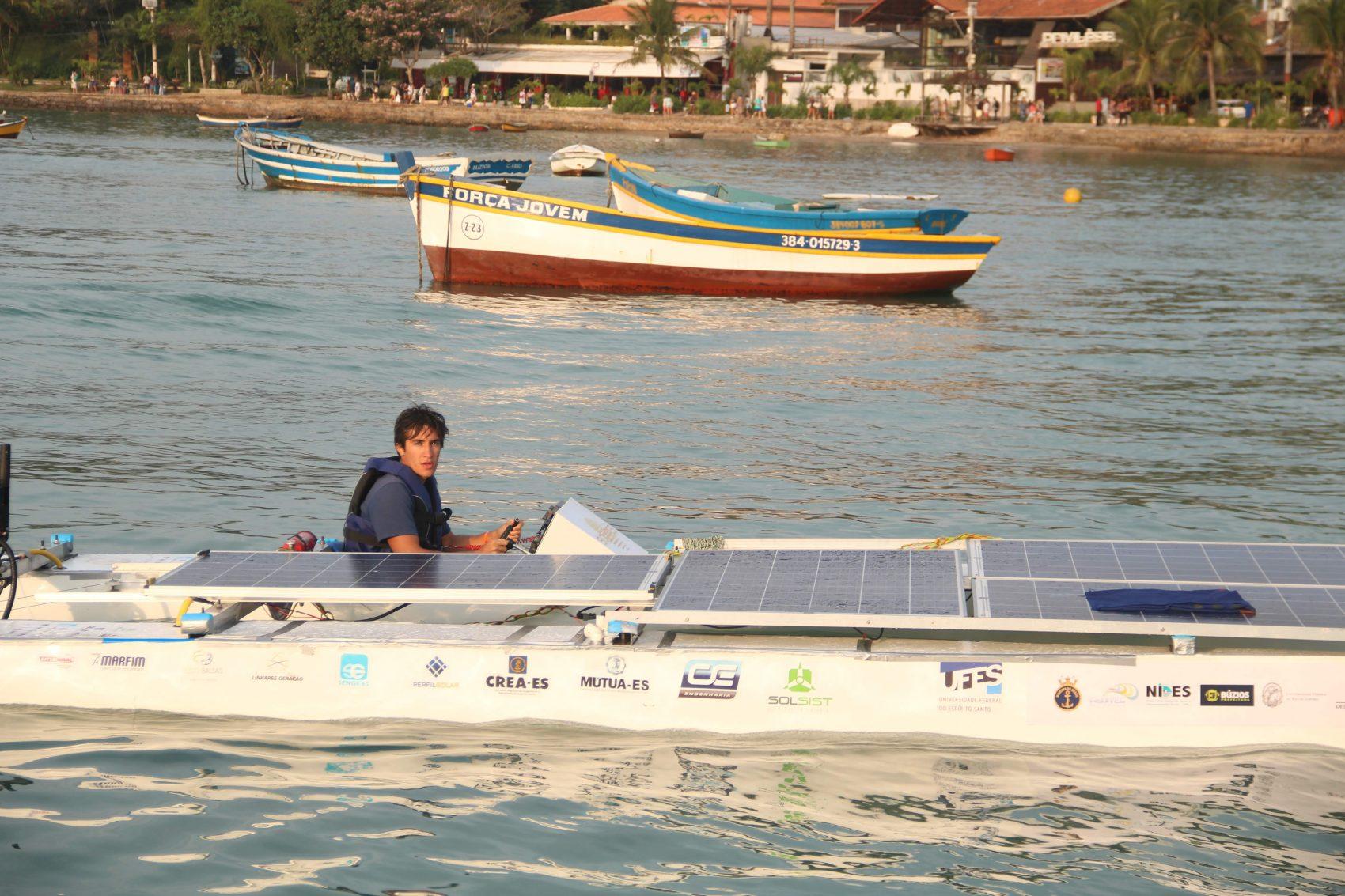 O barco campeão da equipe Solares: projeto de extensão financiado por patrocínio e inciativas dos alunos e professores da Ufes (Foto: Solares/Divulgação)