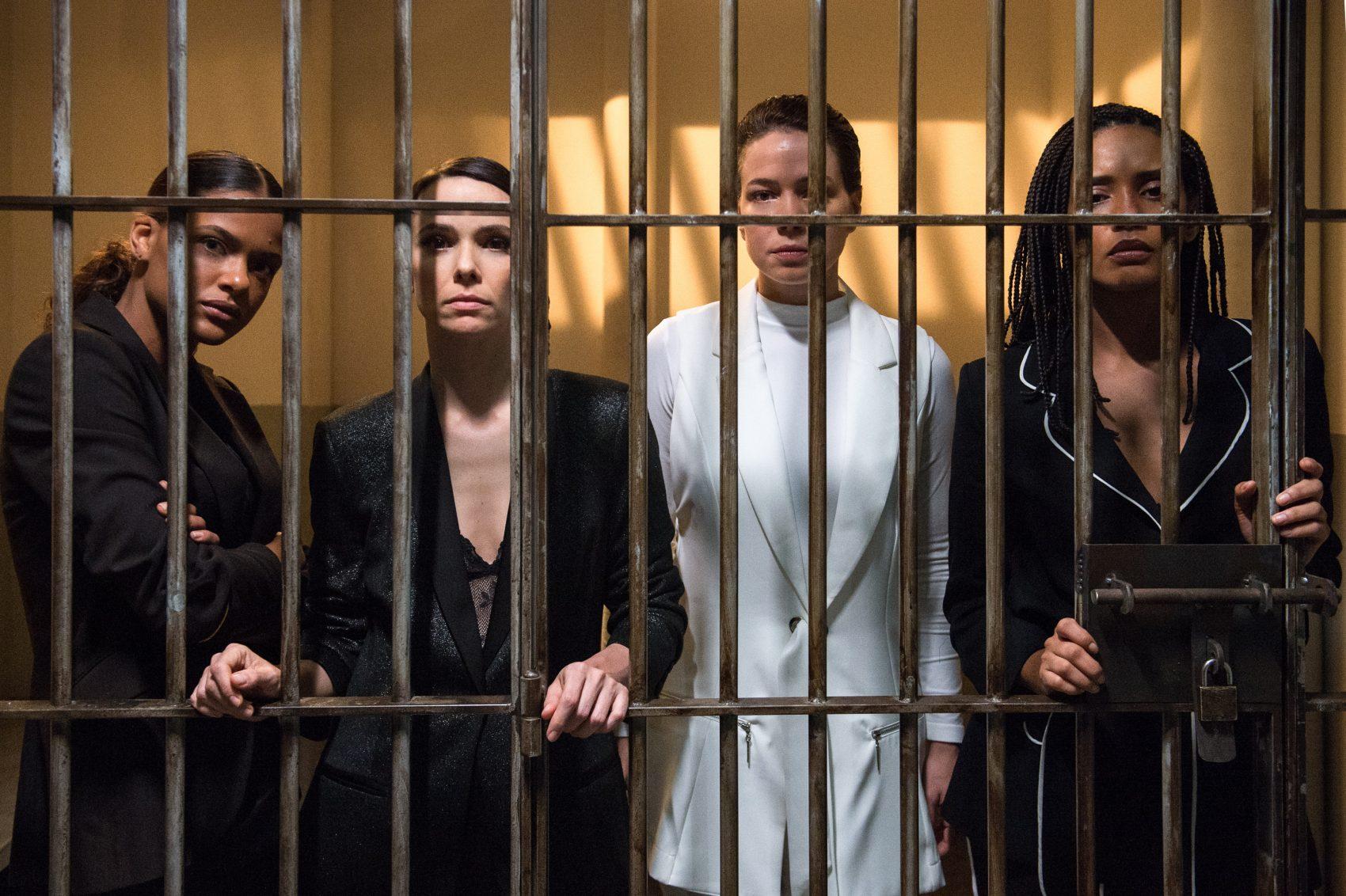 As Aruanas Clara (Thainá Duarte), Natalie (Débora Falabella), Luiza (Leandra Leal) e Verônica (Taís Araújo) atrás das grades: série mostra ameaças a ativistas (Foto: Globo/Fabio Rocha)