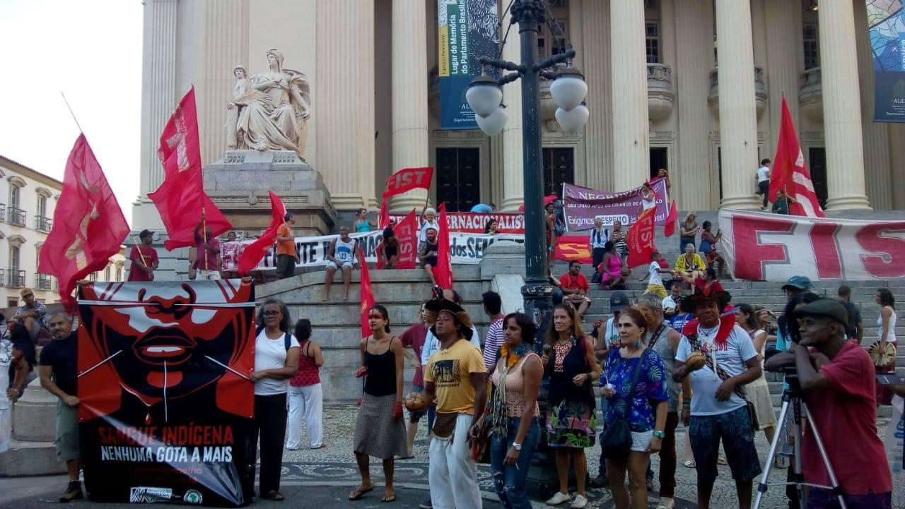 Protesto no Rio, em frente a Alerj. Foto de Makko Jaibaras/ Cimi