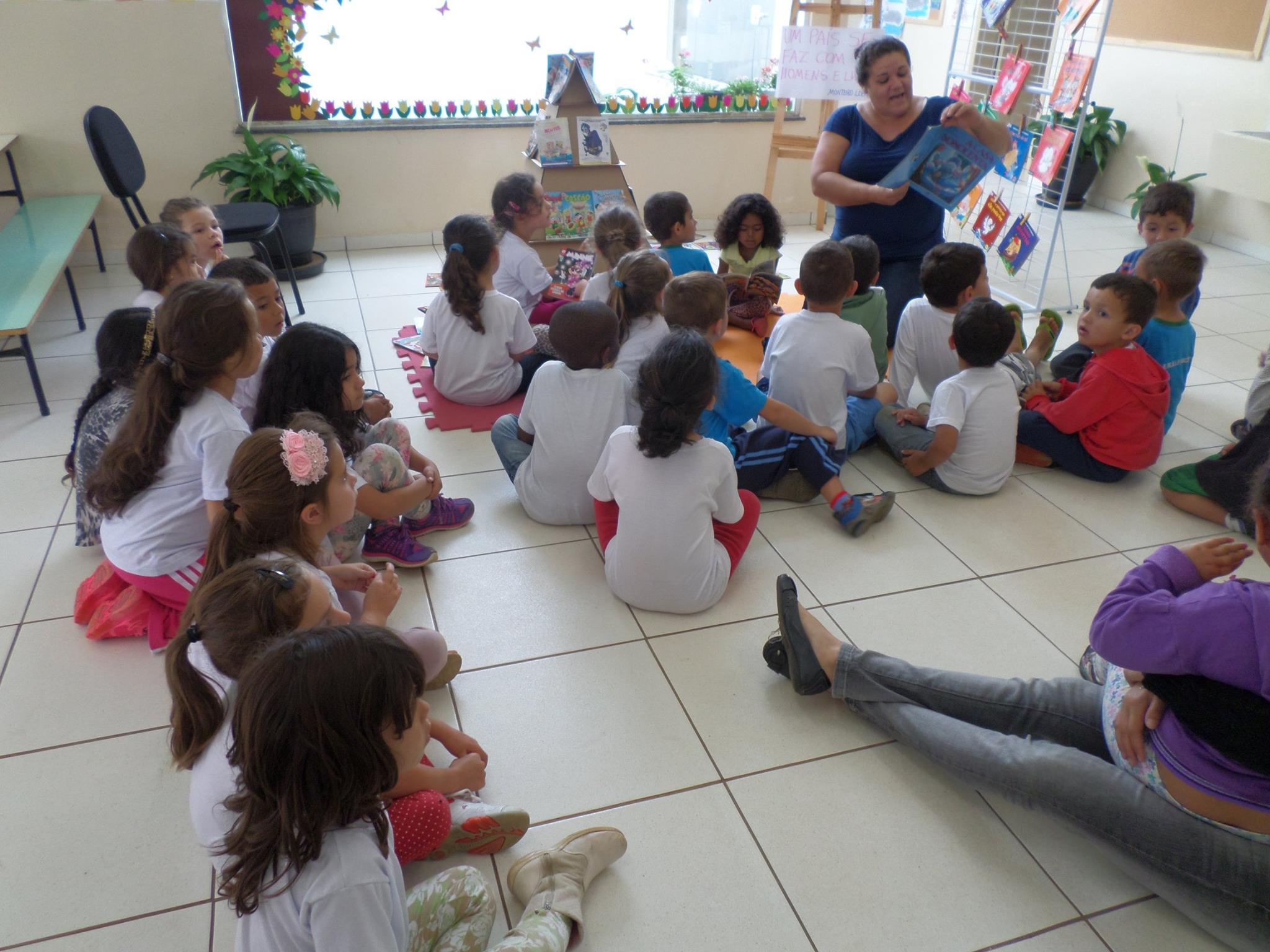Professor em atividade de leitura. Foto de Divulgação