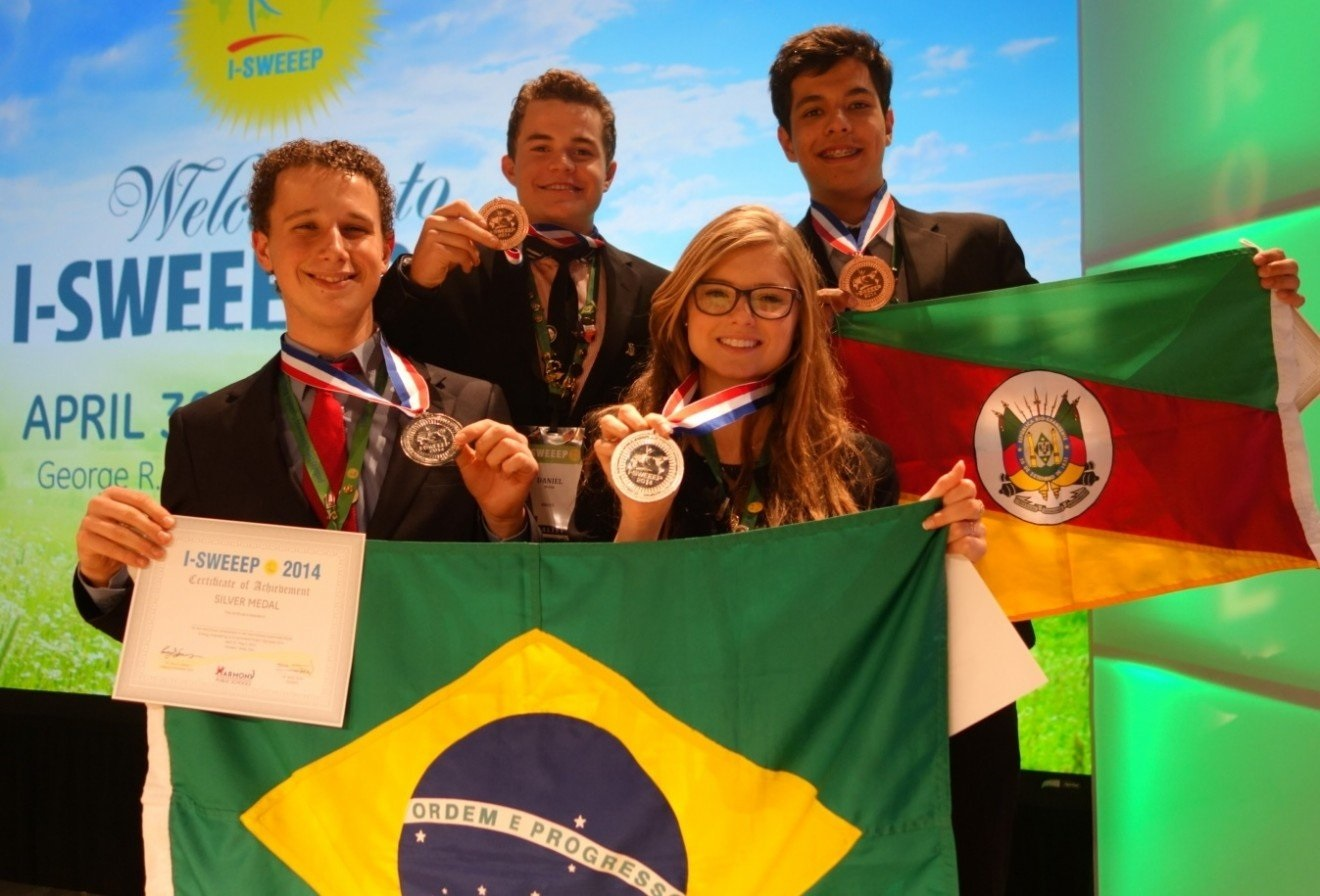 Spohr e Cirio recebem o prêmio da International Sustainable World (Energy, Engineering & Environment) Project Olympiad, em Houston, Texas (EUA). Foto Arquivo Pessoal