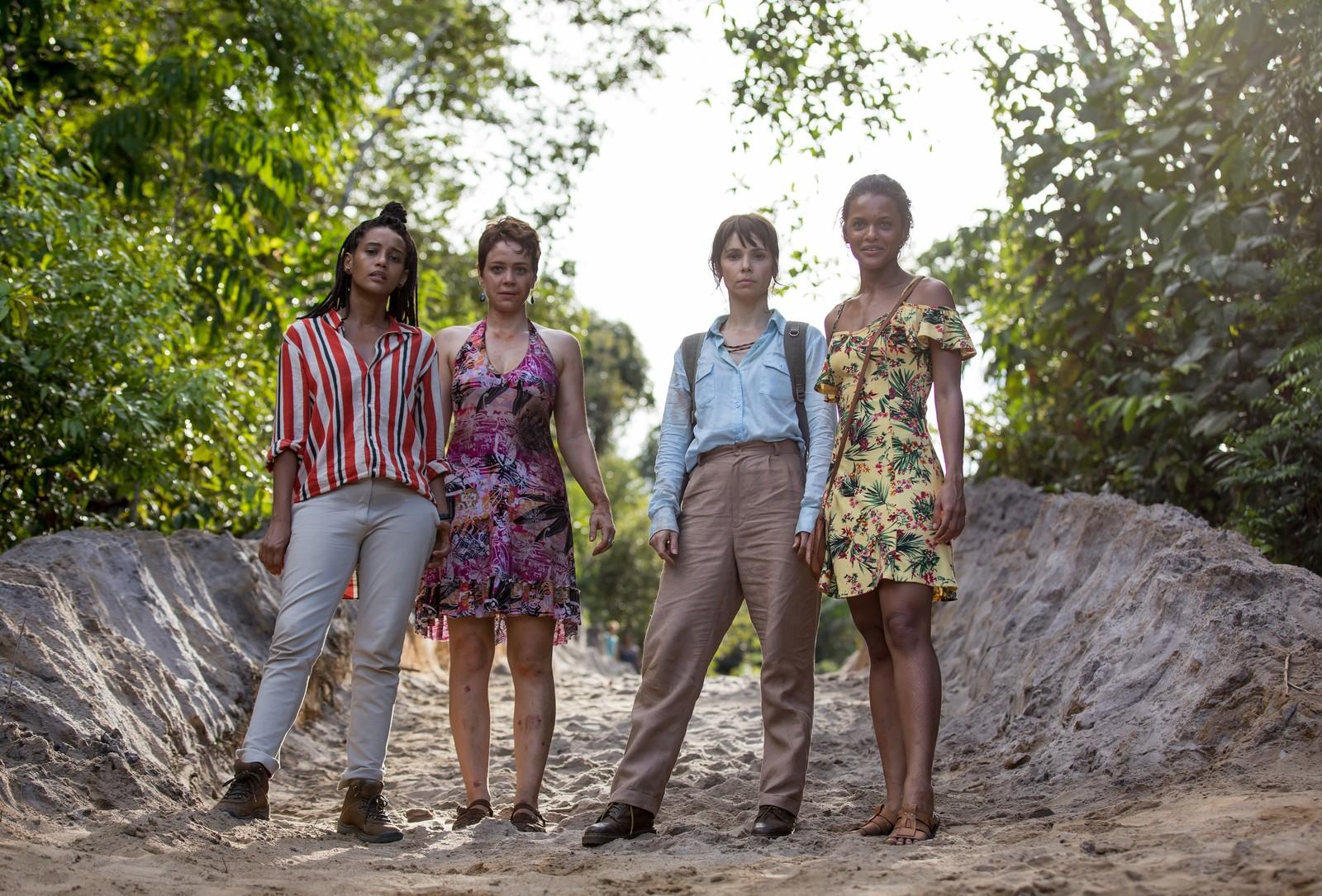 Taís, Leandra Débora, e Thainá nas gravações de Aruanas: gravações na Amazônia com equipe com quase 50% de mulheres e participação de moradores da região (Foto: Globo/Fabio Rocha)