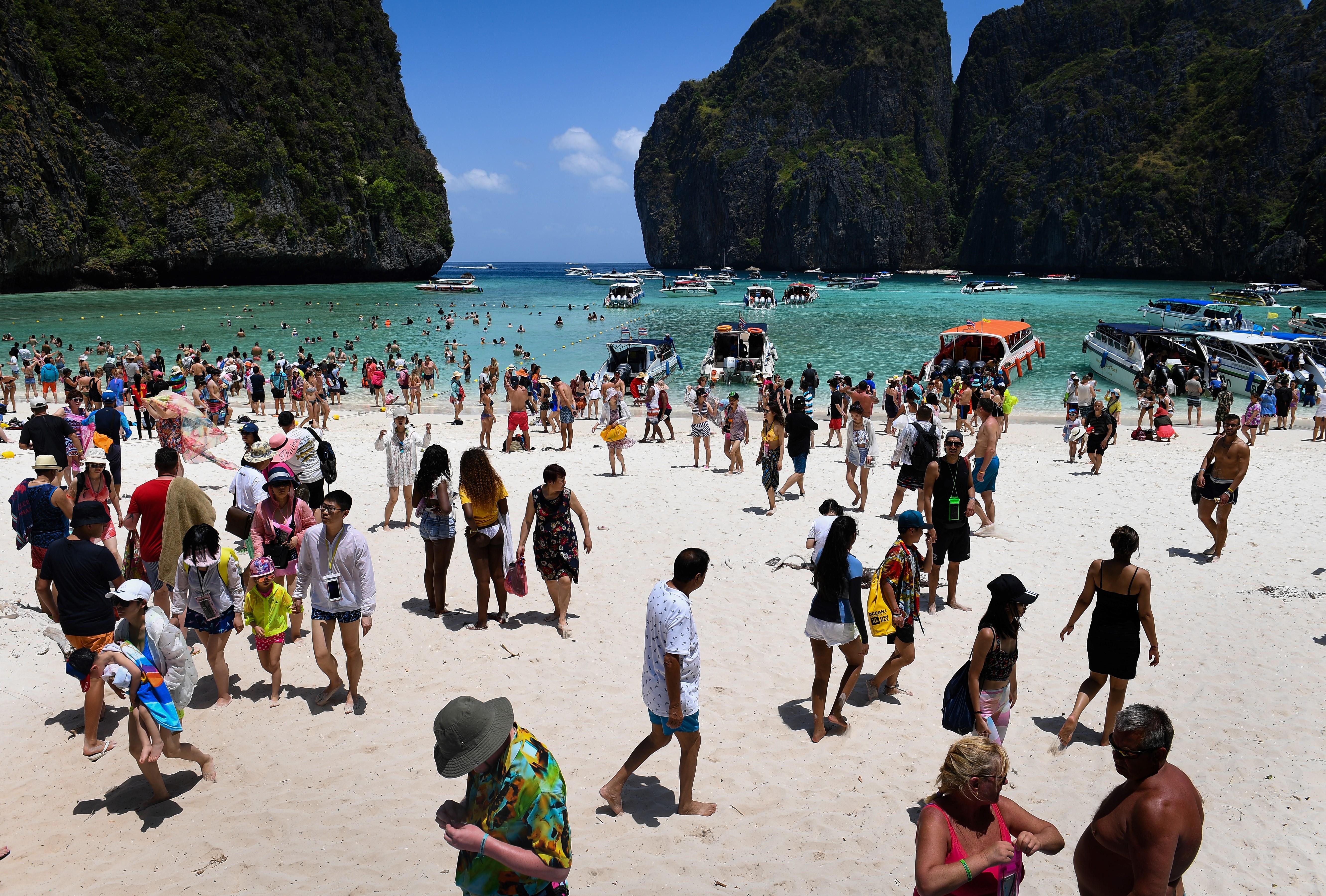 """Maya Bay, na Indonésia: cenário de """"A praia"""" pagou preço alto pela fama. Foto de Lillian Suwanrumpha (AFP)"""