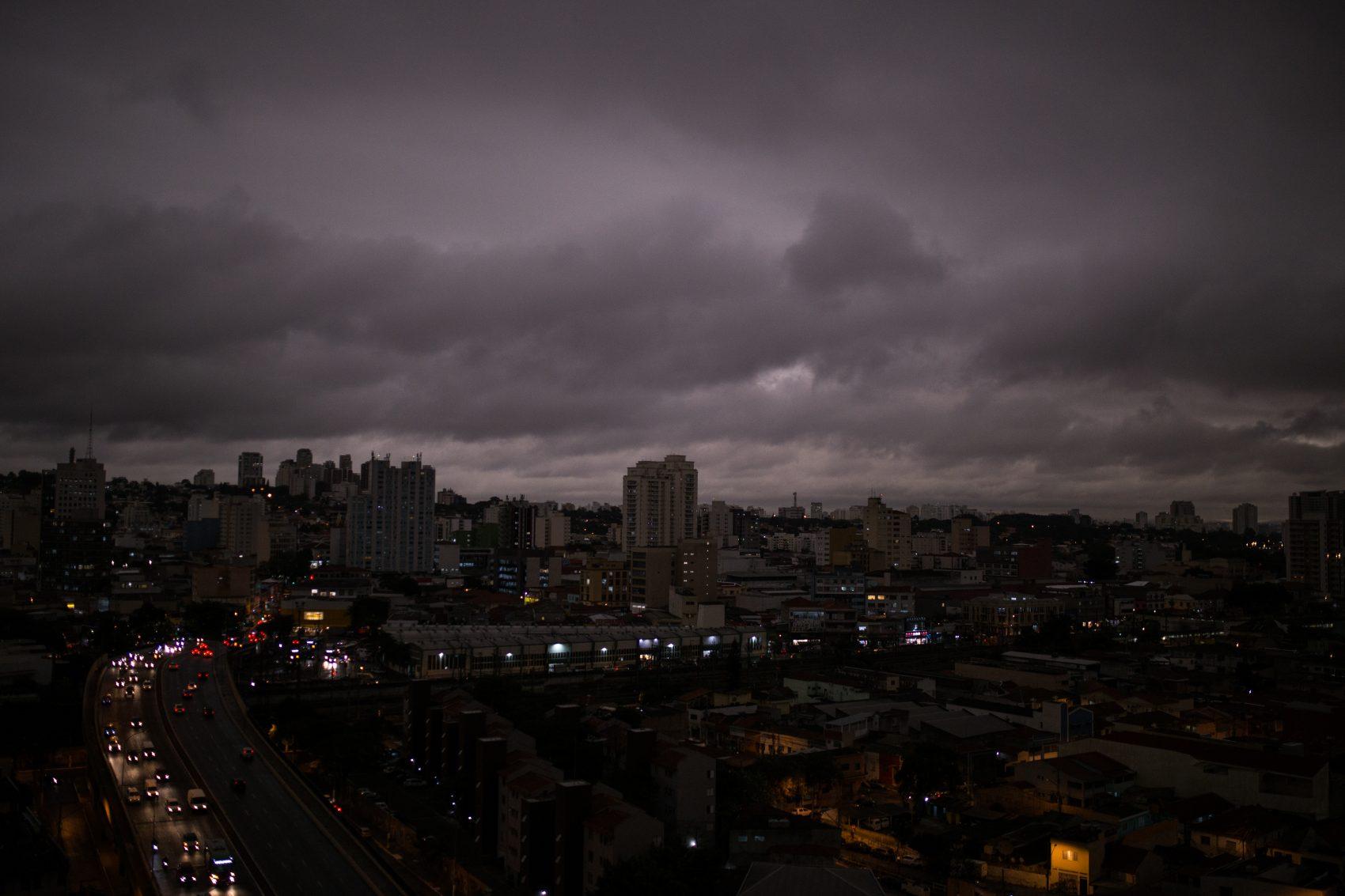 Céu escuro às 16h na São Paulo: Partículas de queimadas vindas das regiões Centro-Oeste e Norte interagiram com nuvens trazidas por frente fria (Foto: Andre Lucas/DPA)