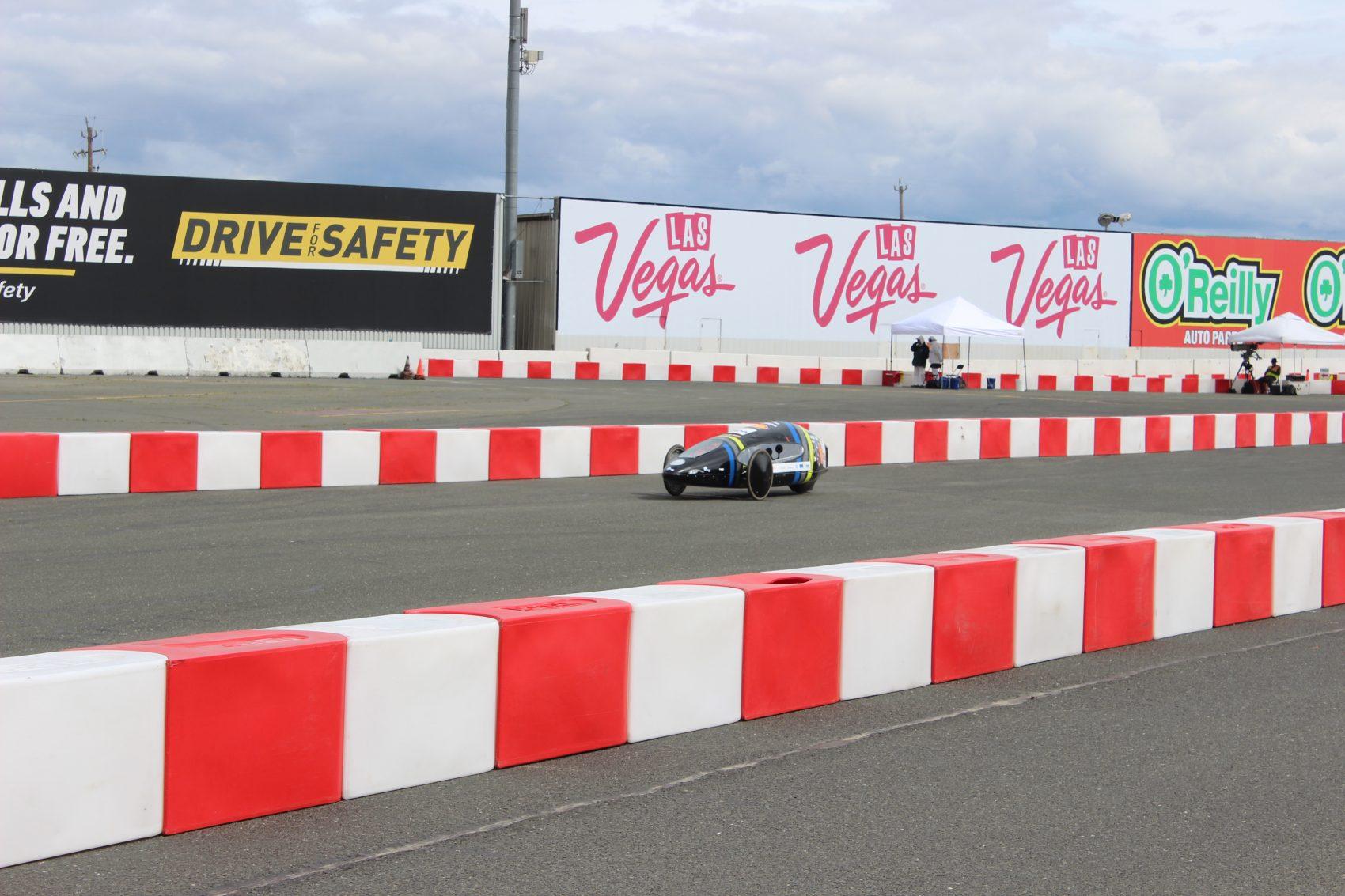 Carro da UFMG durante a competição nos Estados Unidos: feito de acrílico e fibra d e vidro para ser mais leve (Foto: Milhagem UFMG)