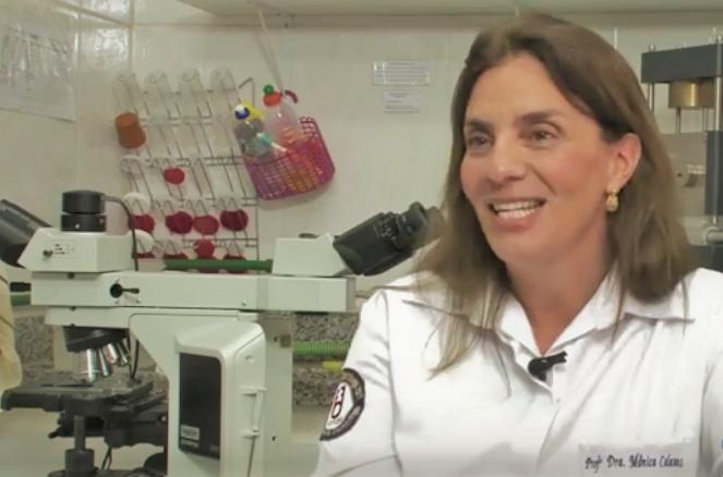 A professora Monica Calasans, coordenadora da pesquisa sobre a prótese dentária: 'Infelizmente com os cortes que o setor de pesquisa vem sofrendo nesses últimos anos, cada vez mais encontramos dificuldades financeiras para manutenção dos laboratórios e das pesquisas' (Foto: Divulgação/UFF)