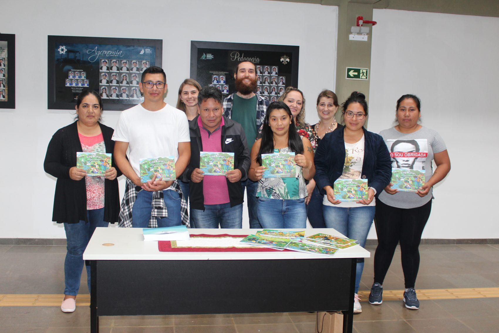 Professores da Universidade Federal da Fronteira Sul com os bolsistas indígenas: parceria pela preservação da água (Divulgação)