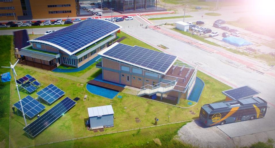 Energia elétrica utilizada para recarregar o ônibus é gerada pelo sol, em placas fotovoltaicas instaladas nos telhados do laboratório da universidade (Foto: Divulgação/UFSC)