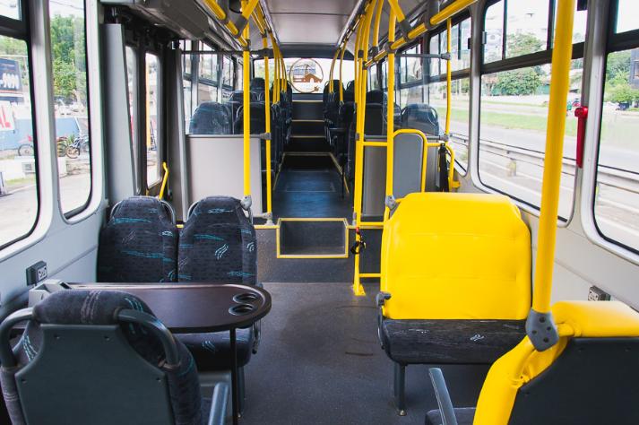 Interior do ônibus com 38 lugares para sentar, internet wifi e espaço para reunião: financiamento coletivo para prolongar projeto (Foto: Divulgação/UFSC