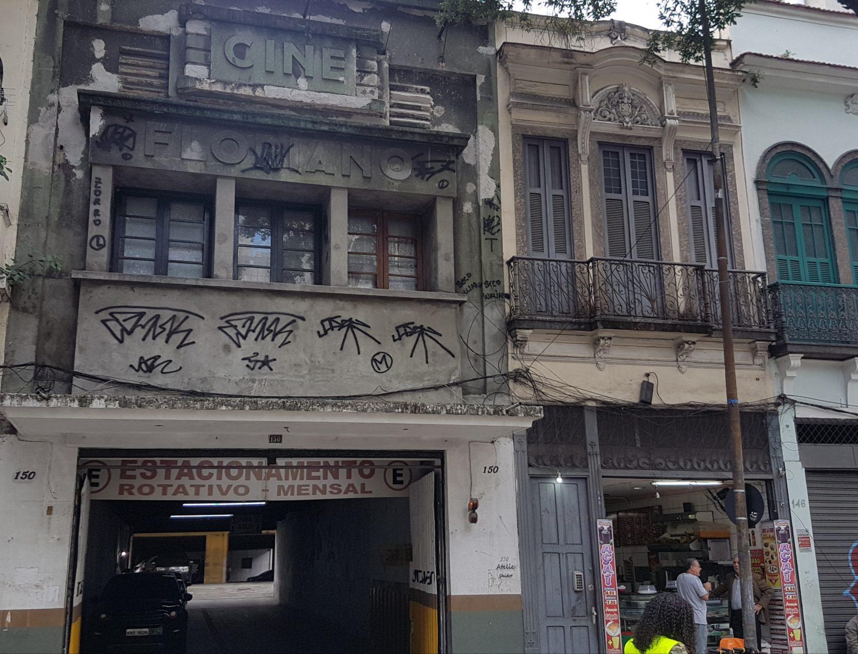 Fachada mal-tratada do Cine Floriano, inaugurada em 1936 e fechado há décadas, ao lado de sobrado de 1907: conservação precária (Foto: Oscar Valporto)