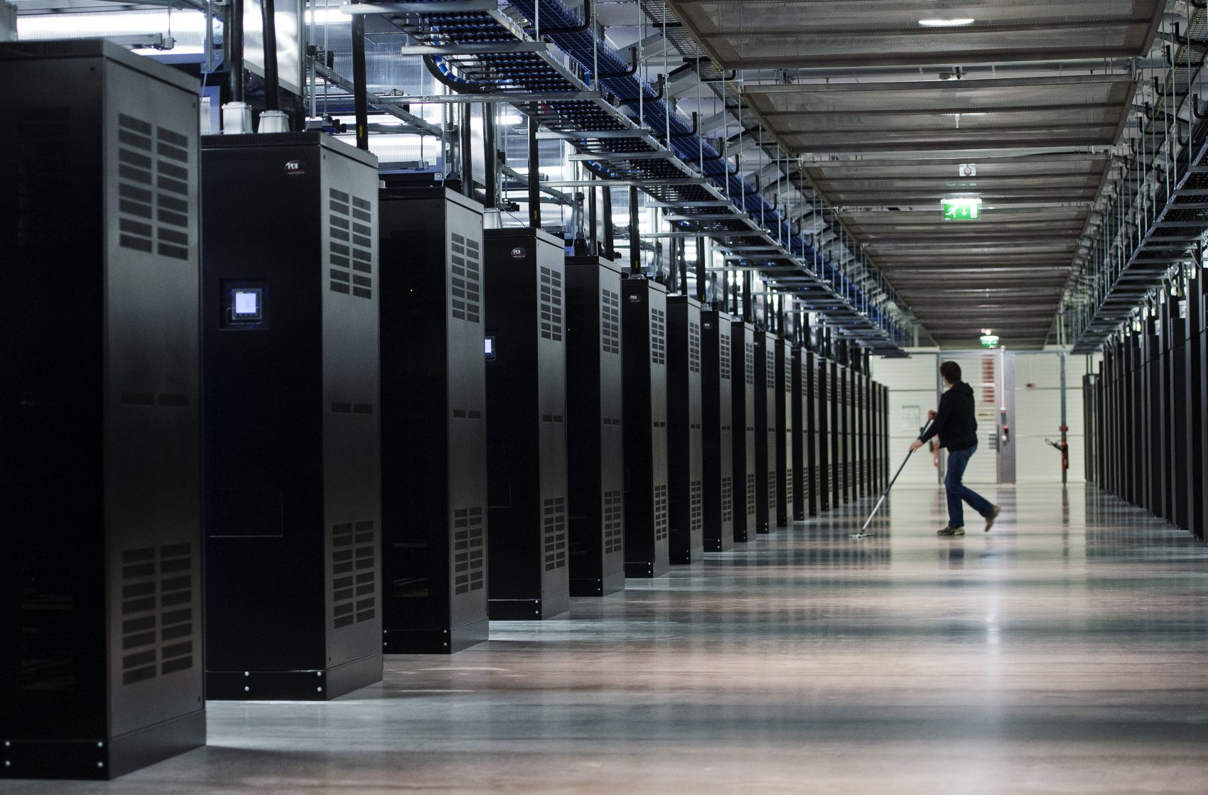 Servidores do Data Center do Facebook, na Suécia: Data Centers consomem metade da eletricidade utilizada em transportes no mundo e um por cento da demanda global (Foto: Jonathan Nackstrand/AFP)