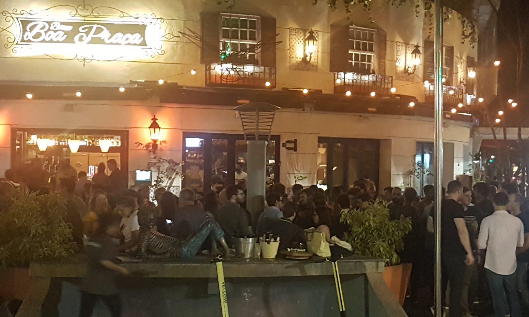 Calçada lotada numa quinta-feira en frente bar vizinho à estátua do poeta Cazuza: a praça é do povo (Foto: Oscar Valporto)