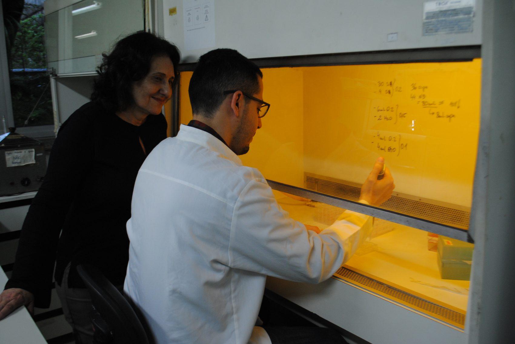 Fabiano Brito com a orientadora Vera Ferrão Vargas na UFRGS: pesquisa para aprofundar as propriedades do resíduo da erva-mate (Foto: Cibele Carneiro)