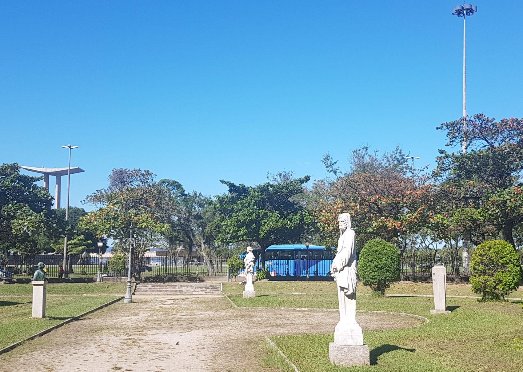 Estátuas em mármore, cópias do Jardim de Versalhes: praça no meio de pistas para automóveis (Foto: Oscar Valporto)