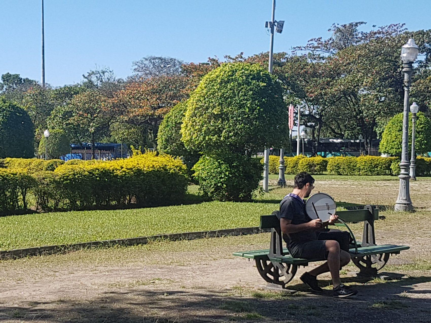 Um ensaio de percussão no silêncio da praça: cenário verde e tranquilo ao lado do burburinho do Centro do Rio (Foto: Oscar Valporto)