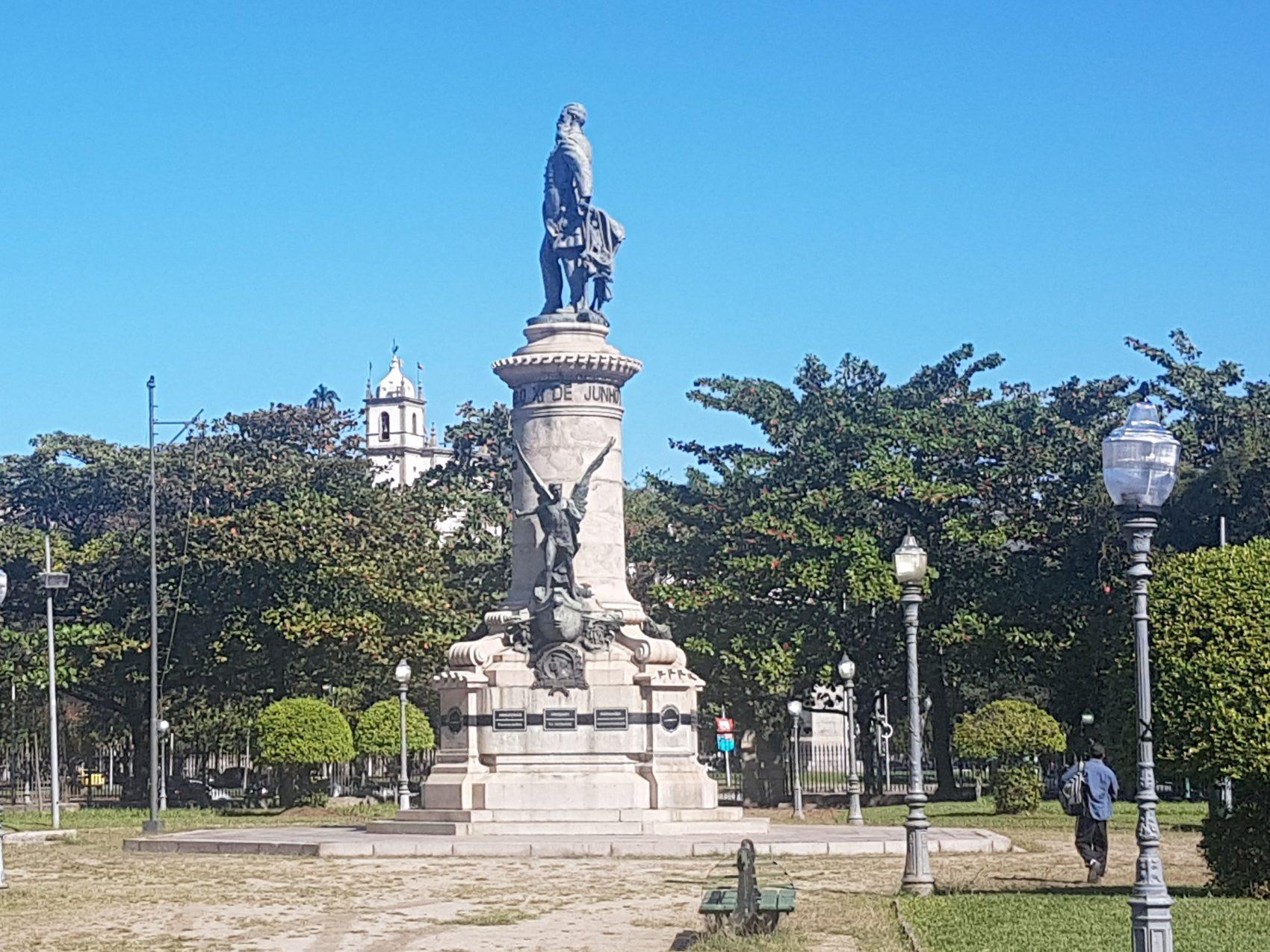 Monumento ao Almirante Barroso sob a benção da Igreja de Nossa Senhora da Glória do Outeiro: praça quase deserta numa tarde de dia útil (Foto: Oscar Valporto)