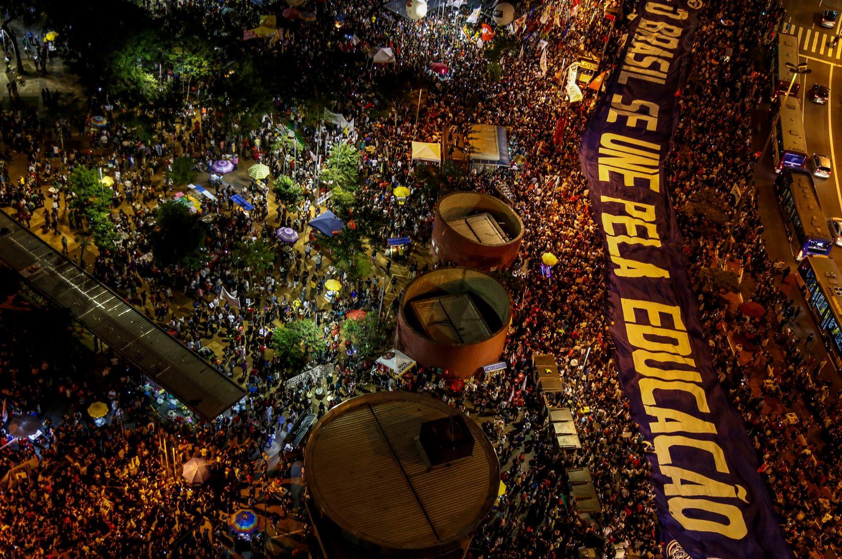 Protesto em São Paulo contra os seguidos cortes no orçamento das universidades: educação e ciência ameaçadas (Foto: Miguel Schincariol / AFP)