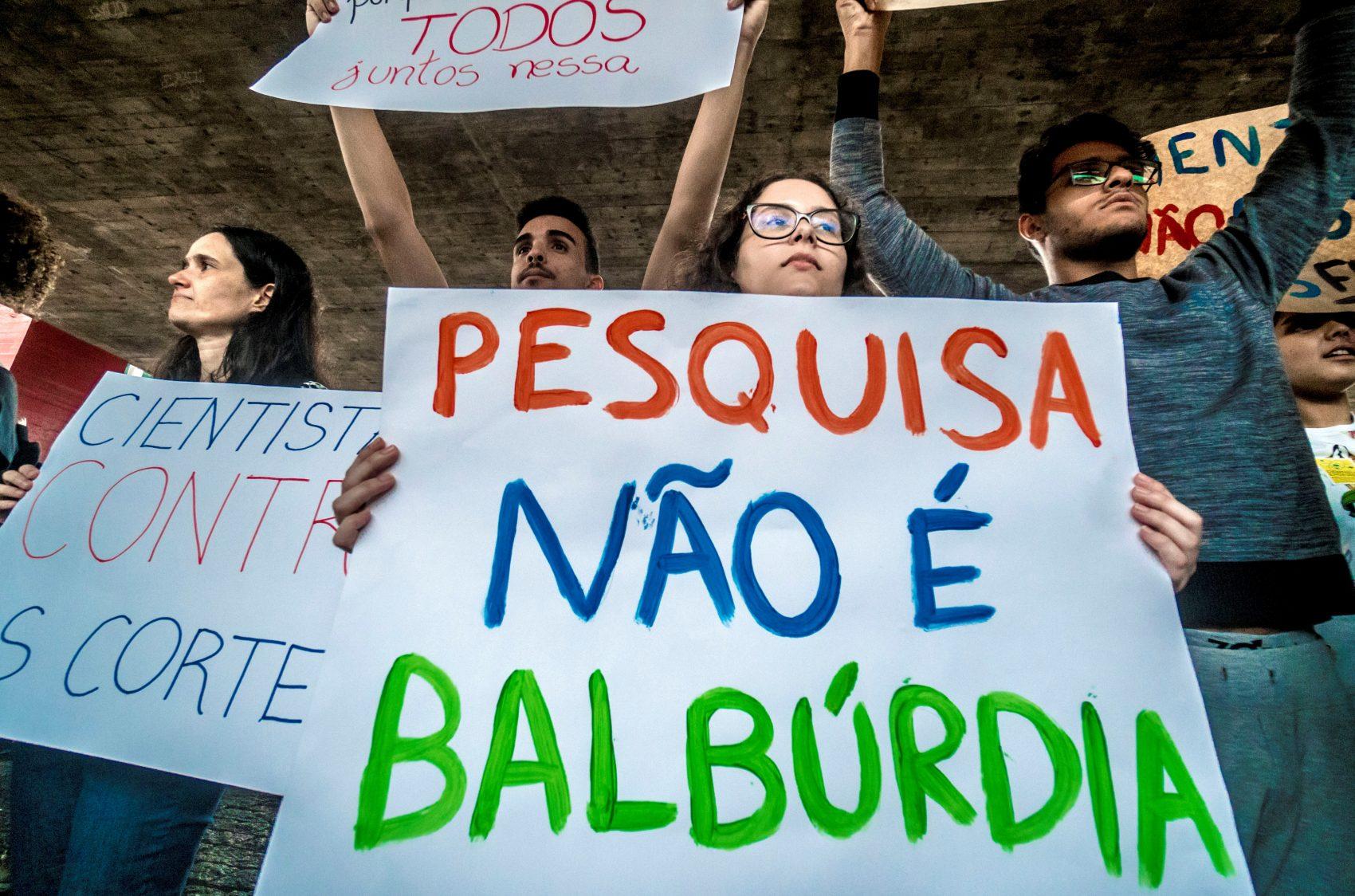 Protesto de estudantes universitários contra os cortes nas verbas da educação e as declarações do ministro Abraham Weintraub: pesquisa não é balbúrdia (Foto: Cris Faga/NurPhoto)