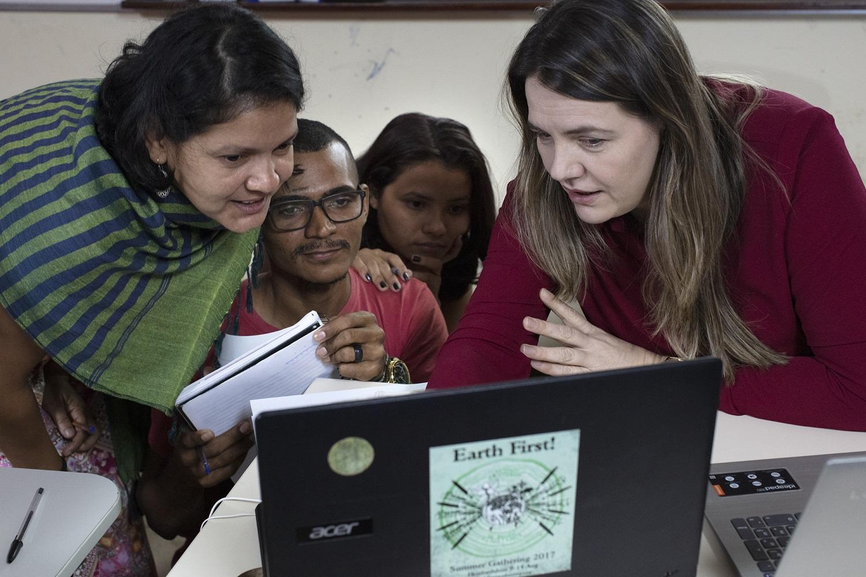 A professora Regina Zarpellin (dir) orienta estudantes do curso de Direito da Terra da Universidade Federal do Sul e Sudeste do Pará (Unifesspa). Foto Marizilda Cruppe