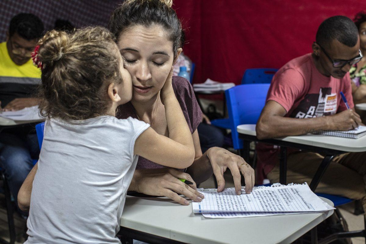 Wane da Silva Gonçalves, 26 anos, e sua filha Rita Mariah, de 4 anos, durante uma aula do curso de Direito da Terra, na Universidade Federal do Sul e Sudeste do Pará (Unifesspa), em Marabá. Foto Marizilda Cruppe